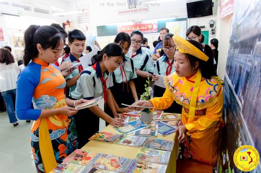 Cô Phi Yến cùng các em học sinh Trường THCS Kiến Thiết Quận 3 thảo luận trong tiết học. ảnh Lehuykhoi
