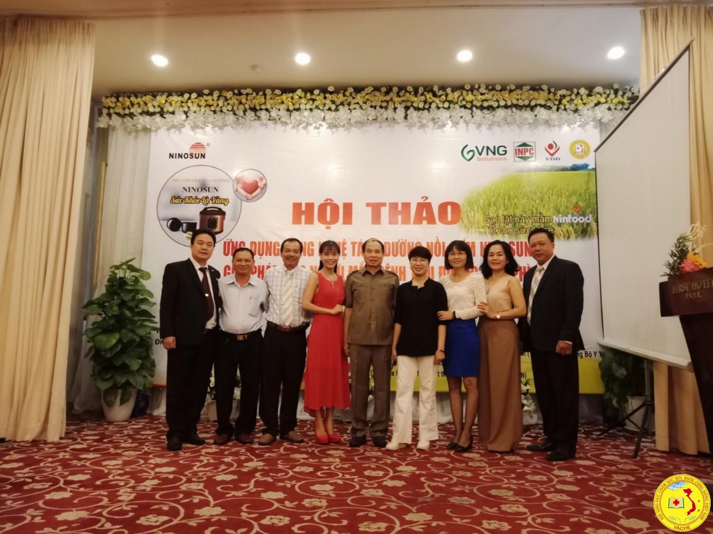 Tiến sĩ Nguyễn Thiện Trưởng chụp hinh lưu niệm