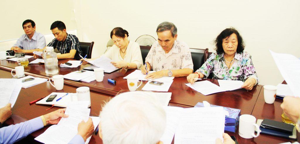 Các đại biểu nghiên cứu và thảo luận nội dung cuộc họp