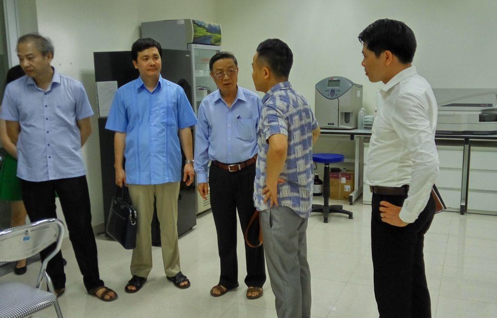 Lãnh đạo Hội đi thăm quan cơ sở vật chất của trường
